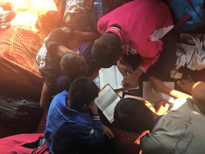 Jóvenes birmanos estudiando la Biblia. / Puertas Abiertas