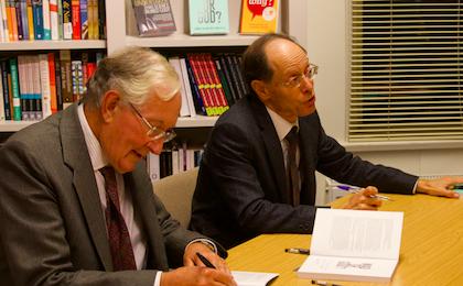 Sims y Martínez Vila firmando ejemplares de su libro. / Fundación RZ