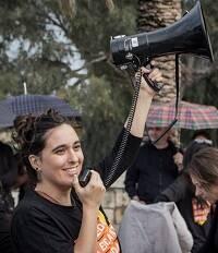 Sara Pérez, dando instrucciones antes de comenzar la marcha en Valencia, el 20 de octubre de 2018. / R. Paramio, thesecretkey.es