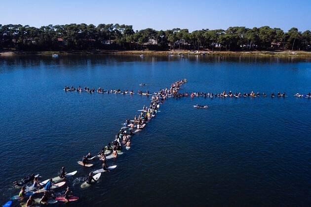 Participantes del Encuentro Internacional de Christian Surfers 2018 formando una cruz en el agua. / Christian Surfers,