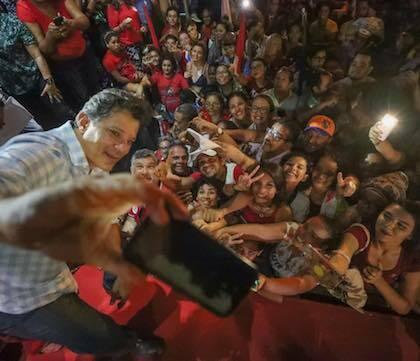 Fernando Haddad se fotografía con el público en uno de los actos de la campaña. / Facebook F. Haddad