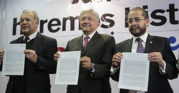 Andrés Manuel López Obrador,en el centro, y Hugo Éric Flores, a la derecha, en la firma de la alianza electoral. ,