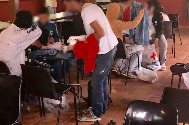 Los inmigrantes, recibiendo atención y ropa en el albergue de la Misión Cristiana Moderna. / MCM facebook,
