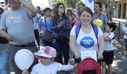 En la marcha participan habitualmente personas de todas las edades, incluso niños y familias enteras. / MJ Chile