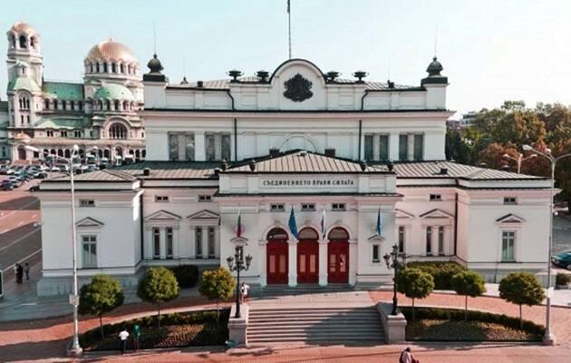 El parlamento búlgaro, con la catedral ortodoxa de fondo. / Dominio público (CC0),