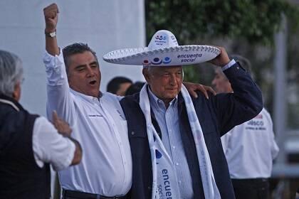 López Obrador y el líder del PES en Jalisco, Gonzalo Moreno.