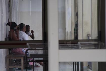 Un grupo de personas esperan a ser atendidas en uno de los pabellones del Hospital General de Bata. / Jonatán Soriano