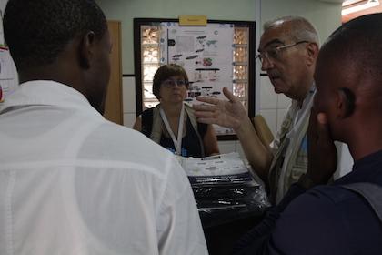 Dos médicos del equipo de voluntarios analizan el trabajo de dos alumnos de la universidad. Los premiados han optado a un ordenador portátil o a una beca completa para una estancia formativa en España. / Jonatán Soriano