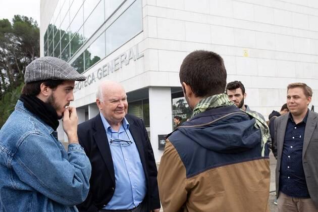 El profesor de Oxford John Lennox conversa con estudiantes tras una actividad. / FRZ