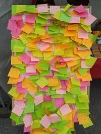 Tablón con respuestas de estudiantes sobre el tema del día. / JP Serrano