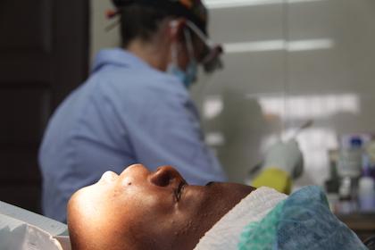 Una paciente en un momento de descanso durante su intervención. Con un equipo limitado, se han llegado a realizar reconstrucciones de piezas dentales. / Jonatán Soriano