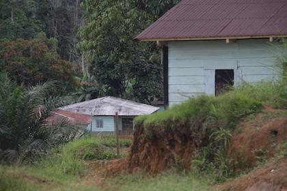 La aldea de Movun es un pequeño poblado rodeado de selva, a diez minutos en coche de Evinayong. / Jonatán Soriano