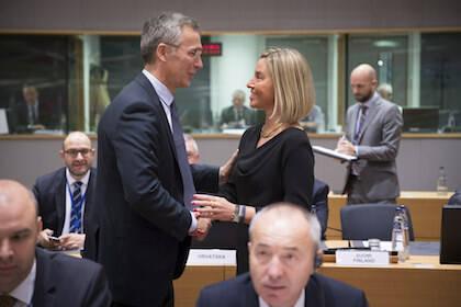 El secretario general de la OTAN, Jens Stoltenberg, y la Alta Representante de Política Exterior de la Unión Europea, Federica Mogherini. / NATO Flickr