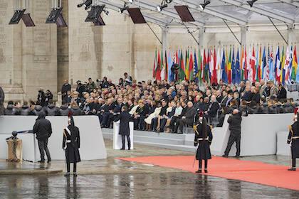El presidente francés, Emanuel Macron, se dirige a otros representantes políticos en el acto de conmemoración del armisticio de la Primera Guerra Mundial. / NATO Flickr