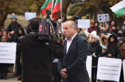 El presidente de la Alianza Evangélica de Bulgaria, Rumen Bordijev, entrevistado por la televisión nacional durante la concentración del 18. / Vlady Raichinov