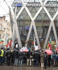 Un grupo de personas reunidas frente al edificio del Parlamento Europeo en Sofia.