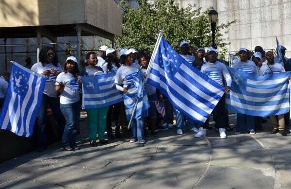 Ciudadanos cameruneses con la bandera de Ambazonia. / Facebook UNPO,