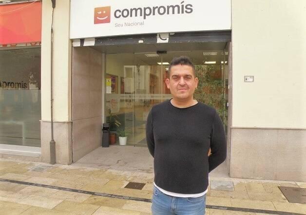 Carles Mulet, senador de Compromís, frente a la sede del partido en Valencia. / Foto: Joel Forster,