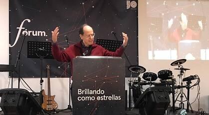 Pablo Martínez, durante la primera exposición bíblica de Fórum GBU. / GBU