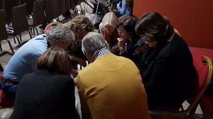 Durante el evento, varias personas están dedicadas a orar por las necesidades que los asistentes puedan presentar. / Forum