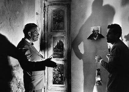 El sexólogo Kinsey y el director de cine Kenneth Anger visitando la Abadía de Thelema, el templo satánico que tuvo Crowley en Silicia, hasta que le expulsó Mussolini.
