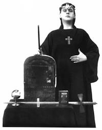 Crowley inventa el ritual mágico del satanismo.