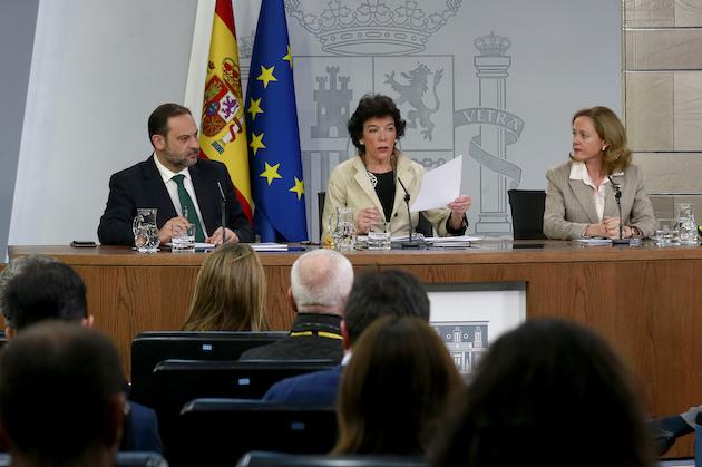 José Luis Ábalos, Isabel Celaá y Nadia Calviño, en rueda de prensa tras el Consejo de Ministros. / Pool Moncloa, JM Cuadrado,
