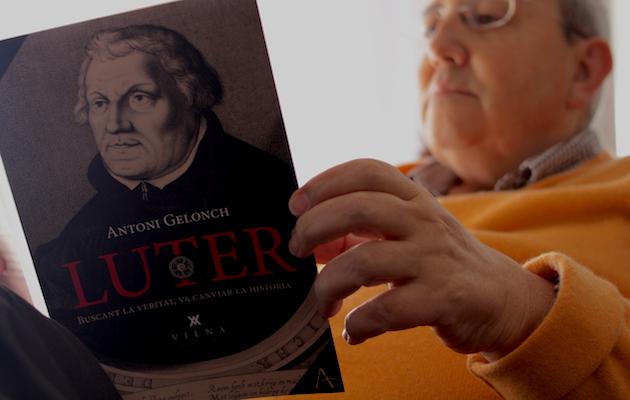 Gelonch, sosteniendo un ejemplar de su última obra. / Jonatán Soriano,
