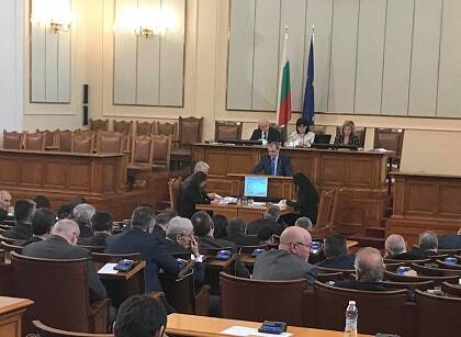 El primer ministro, Iskren Veselinov, cuyo partido ha propuesto la ley, trata de defender el documento ante la Cámara. / Vlady Raichinov