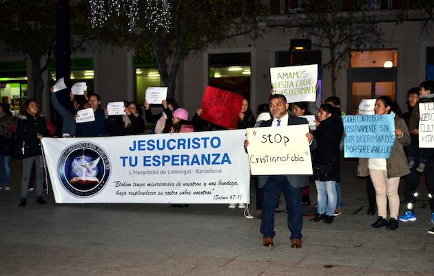Representantes de diferentes iglesias de L'Hospitalet se han concentrado en la plaza del Ayuntamiento este jueves. / PIEH,
