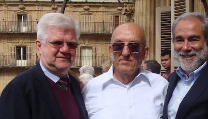 Tres de los premiados con el Borrow, en el balcón del Ayuntamiento de Salamanca: Stuart Park, Plutarco Bonilla y José Luis Andavert. / J. Alencar