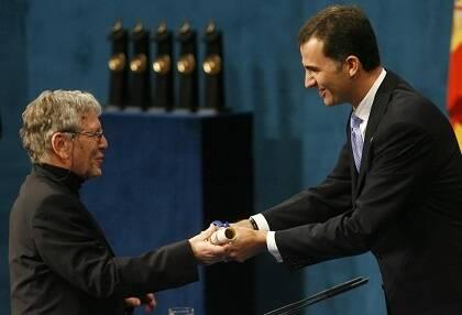 Oz recibiendo el Premio Príncipe de Asturias en 2007.