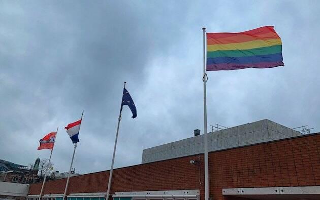 El ayuntamiento de Amsterdam izó la bandera arco iris este lunes para mostrar su oposición a la Declaración de Nashville. / Twitter,