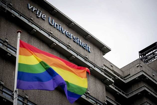Bandera arco iris frente a universidad en Amsterdam. / ANP,
