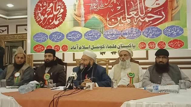 El presidente del Consejo de Ulemas de Pakistán en el centro, junto con otros miembros de la institución. / Facebook. T.M. Ashrafi,