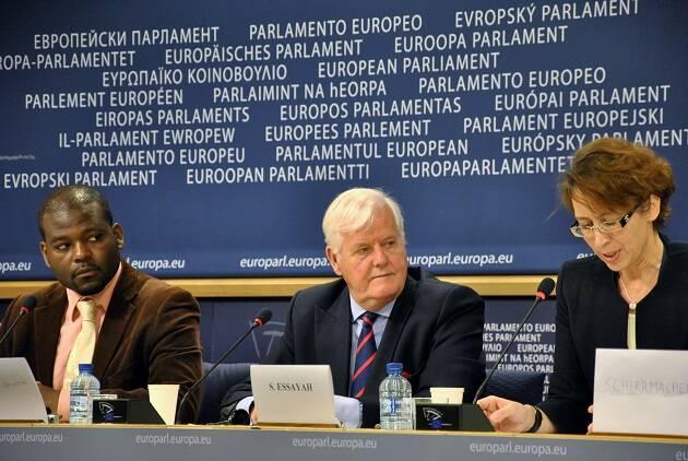 El ex representante de la EEA en Bruselas Christel Lamère (izquierda) y el autor Os Guiness (centro) hablaron sobre la libertad de conciencia en el Parlamento Europeo, en Bruselas. / EEA,