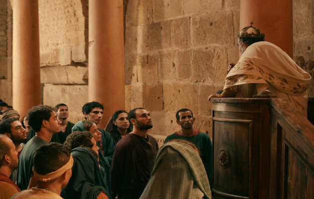 Momento de la película en el que Agustín escucha predicar por primera vez a Ambrosio en Milán. / Augustinefilm,