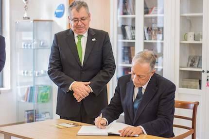 El presidente de Portugal, Marcelo Rebelo de Sousa, firmando el libro de visitas de la Iglesia Evangélica de Sintra, en presencia del presidente de la Alianza Evangélica Portuguesa. / AEP