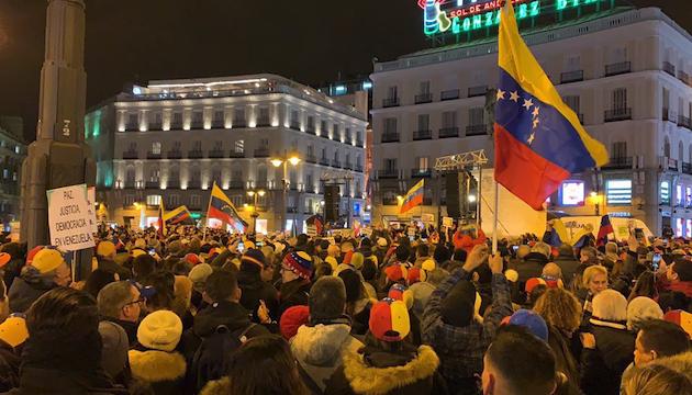 Venezolanos reunidos en la Puerta del Sol, la noche del miércoles.,