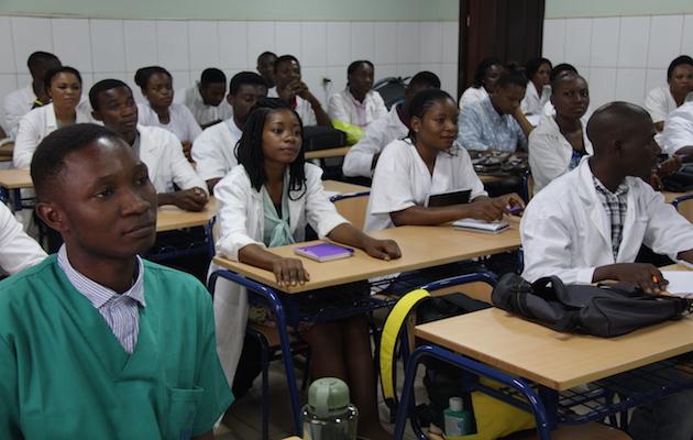 Un grupo de estudiantes de la Facultad de Ciencias de la Salud durante un clase el pasado noviembre. / Jonatán Soriano,