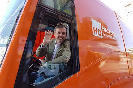 Ignacio Arsuaga, en el autobús de la campaña organizada en 2017. / Actuall