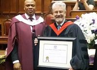 Roberto Velert en Toronto, recibiendo el título de Doctor en Divinidades. / Archivo PD