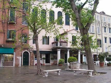 Plazas y edificios marcan la diferencia en esta zona de la ciudad. / Daniel Ventura, CC 3.0, Wikimedia Commons