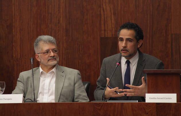 Pedro Tarquis y Emilio Israel Cortés, durante el coloquio celebrado en el Salón de la Facultad de Derecho de Murcia. /Jonatán Soriano,