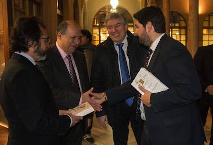Fernando López Miras saluda a Ángel Zapata, presidente del CEMU. / David Parra