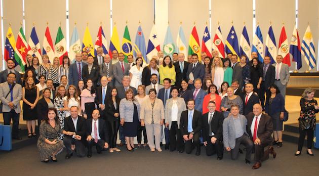 Visita de algunos participantes del Congreso al parlamento iberoamericano en Panamá. /Congreso,