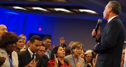 Aarón Lara dirige a los asistentes en oración. /Congreso