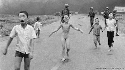En la fotografía de Nick Ut, Phuc corre desnuda y llorando en el centro de la fotografía, después de un bombardeo en su pueblo.