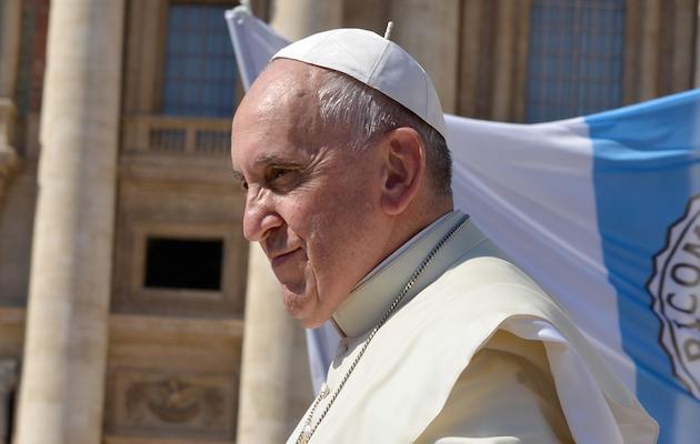 El Papa Francisco saludando a una multitud de personas en la plaza de San Pedro. / Annet Klinger, Pixabay CC,