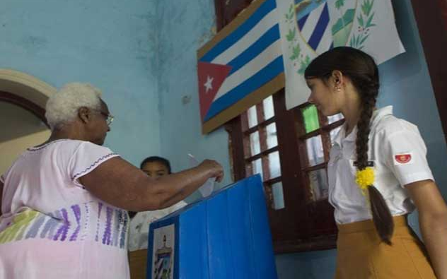 Una mujer votando en un colegio electoral este fin de semana. / ED,